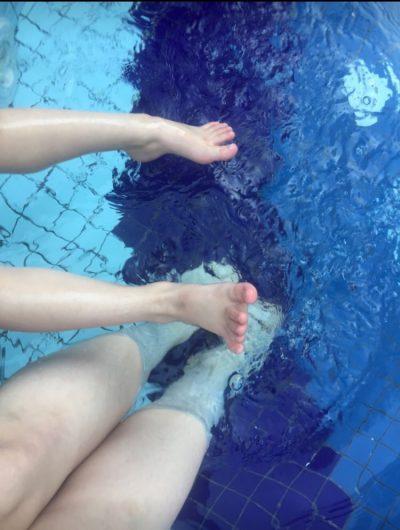 ножки в бассейне