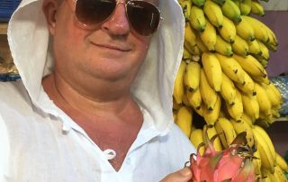Мужчина с фруктами